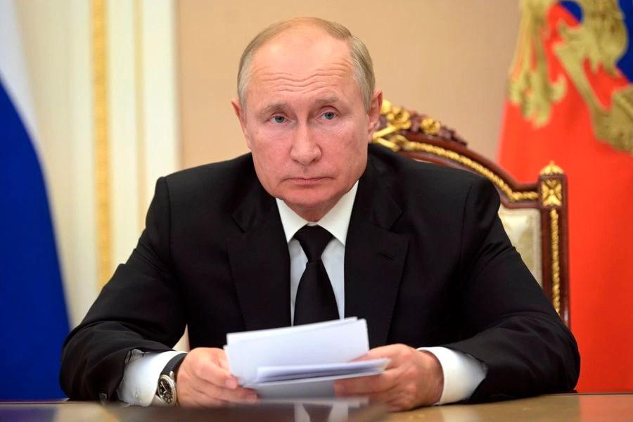 Putin en aislamiento por ser contacto estrecho de casos positivos de Covid-19 - La Tercera