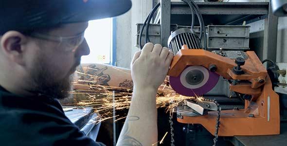 Avant de moudre avec une meuleuse électrique, la chaîne doit être propre. Les restes d'huile ou de résine brûlée doivent être éliminés avec des solvants spéciaux. Crédits photo: Bernard Lepage