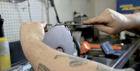 Les couteaux circulaires avec les dents des débroussailleuses doivent être rectifiés avec une lime ronde.