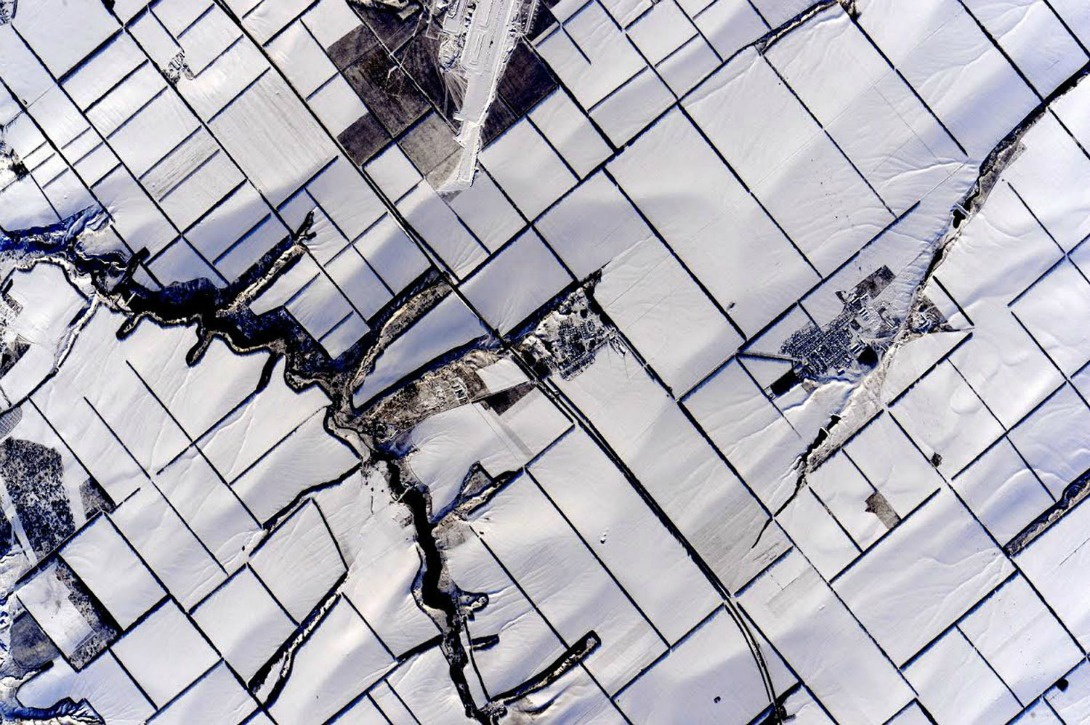 Le grand blanc de champs recouverts par la neige, le 16 février 2016