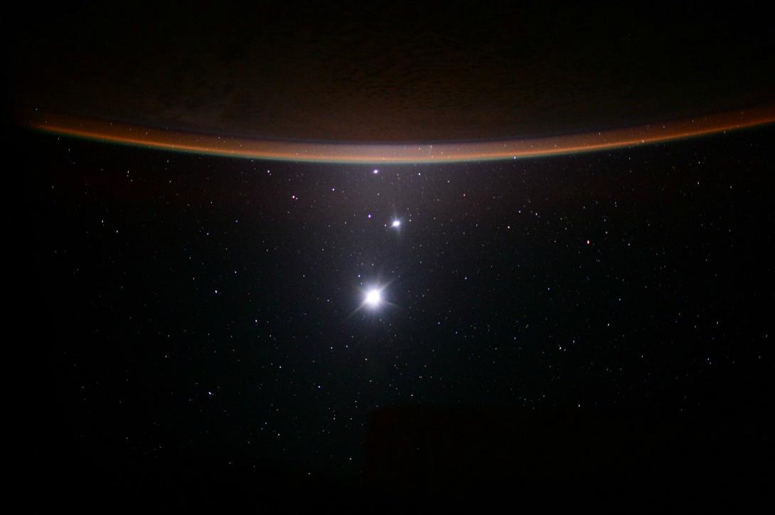 on ne voit pas seulement la Terre de la Station spatiale internationale. On a aussi vue sur la Lune, Vénus et Jupiter. Ici, le 19 juillet 2015.