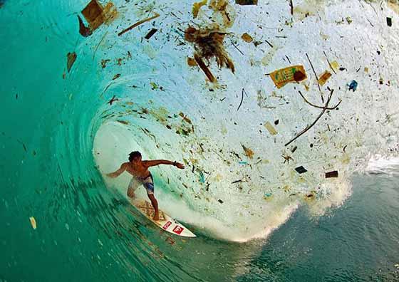 surfeur-eau-poubelle
