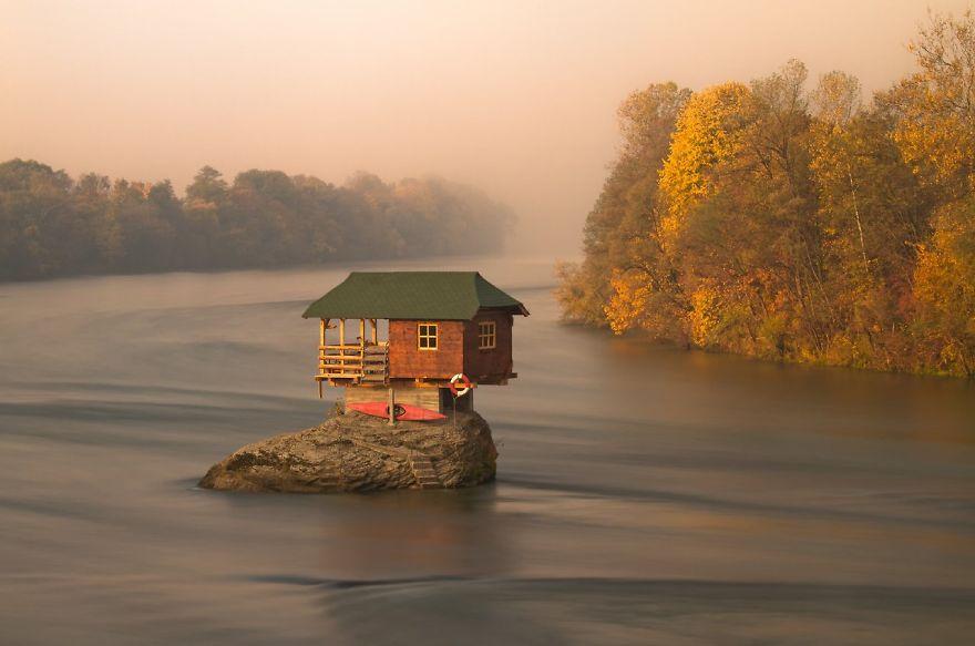 maison au milieu d'une rivière en Serbie