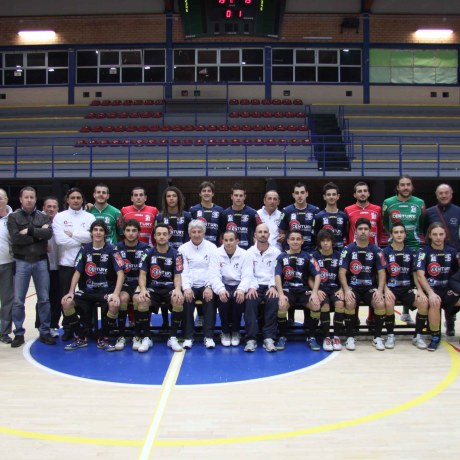 sport_centurylatinacalcioa5_La squadra con i dirigenti