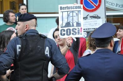 berlusconi-latina-protesta-0003