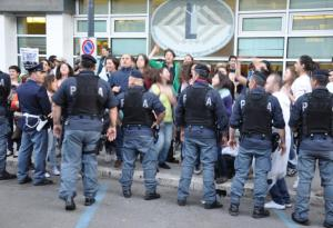 berlusconi-latina-protesta-0004