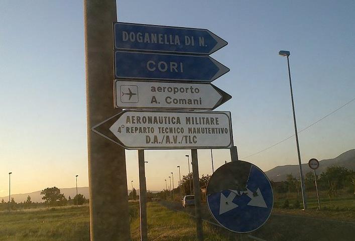 aeroporto-comani-cartello-sbagliato-latina-24ore-76890232