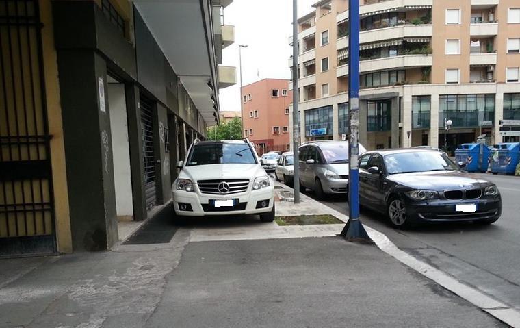 La foto/Parcheggio comodo    sopra al marciapiede - Latina