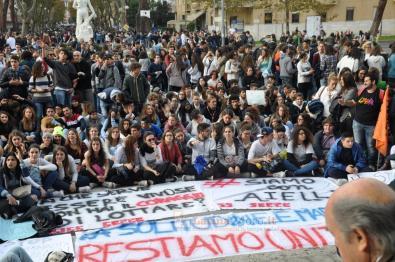 Gli studenti davanti al tribunale