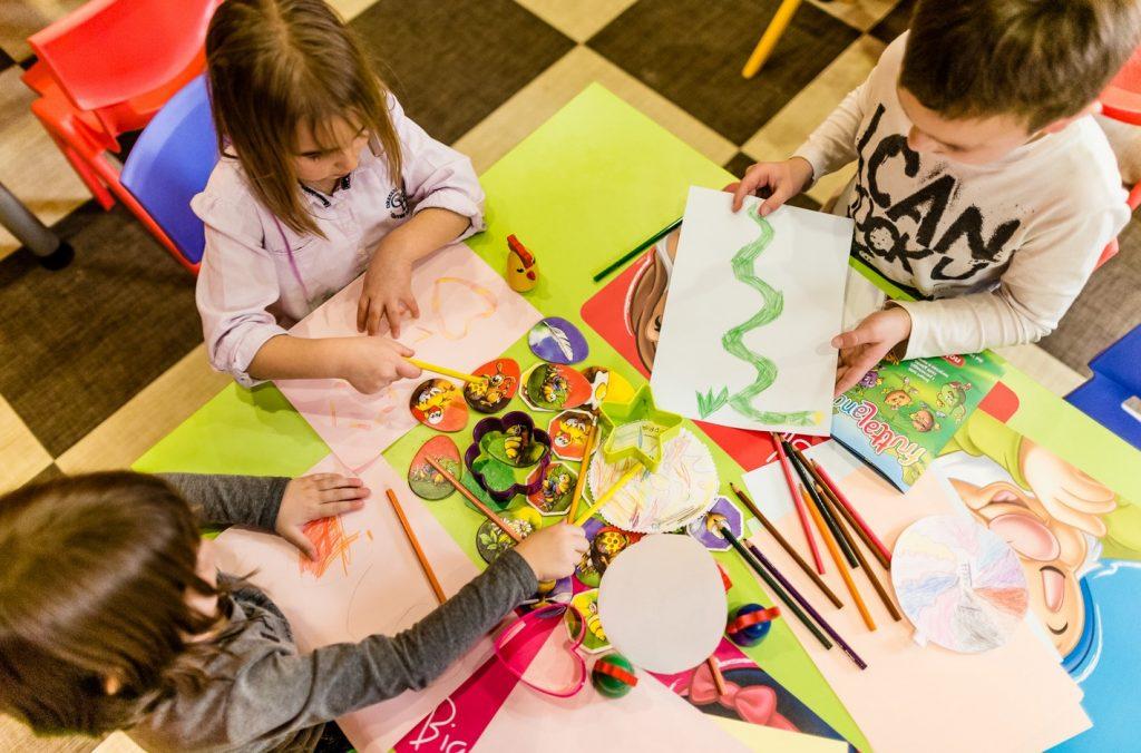 bambini-colori-scuola