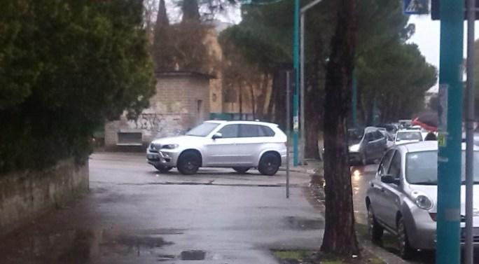 suv-scuola-strisce-parcheggio-selvaggio-latina-via-bachelet