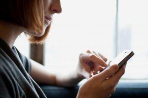 app-latina-smartphone-ragazza
