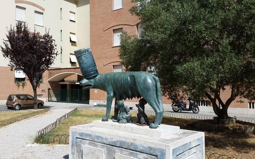 vandali-lupa-piazza-roma-latina