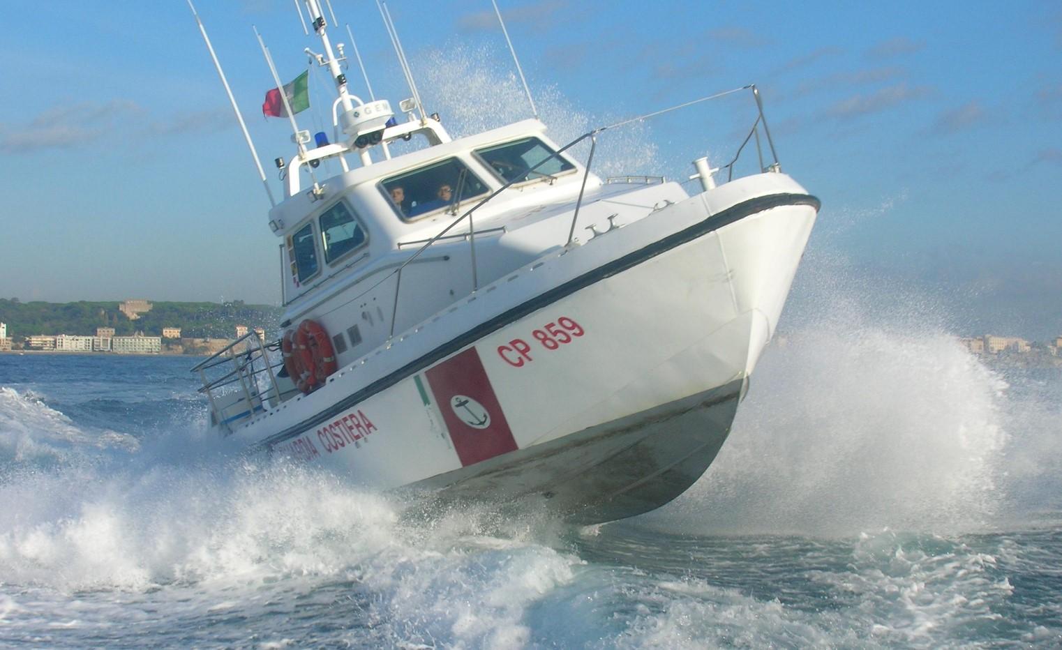 guardia-costiera-barca-latina