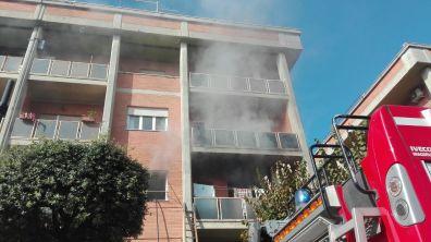 aprilia-incendio-viafermi-vigili-fuoco-1