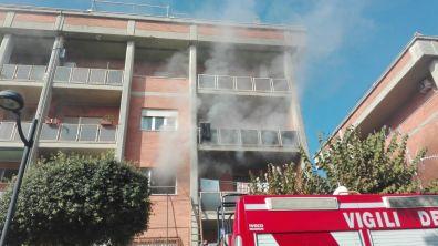 aprilia-incendio-viafermi-vigili-fuoco-2