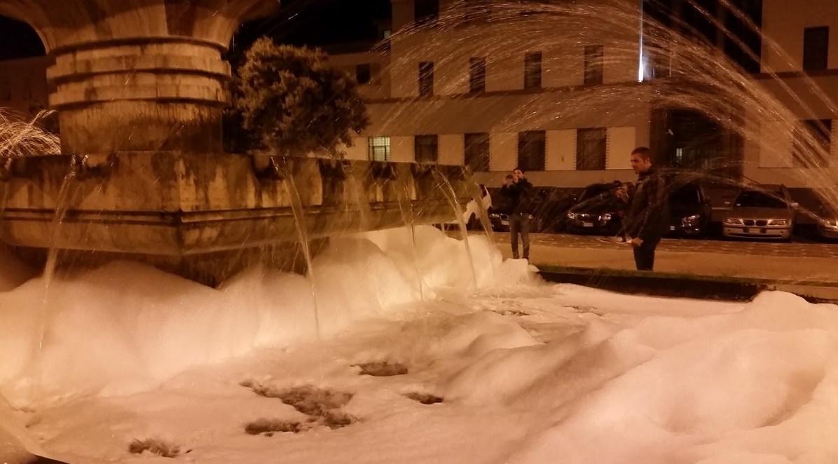 latina-fontana-piazzaliberta-schiuma-2