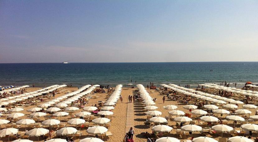 mare-spiaggia-serapo-gaeta-ombrelloni