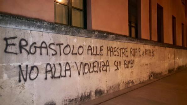 scritte-muri-scuola-piazza-dante-maestre-violente-1