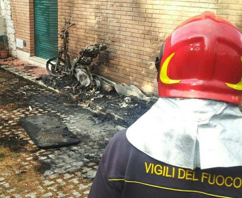 incendio-motorino-vigilifuoco-latina