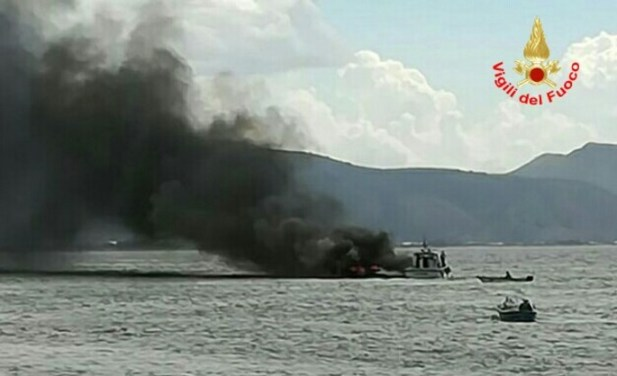 incendio-motoscafo-terracina-mare