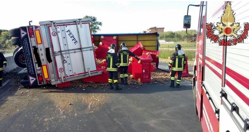 camion-ribaltato-incidente-pontina-2016