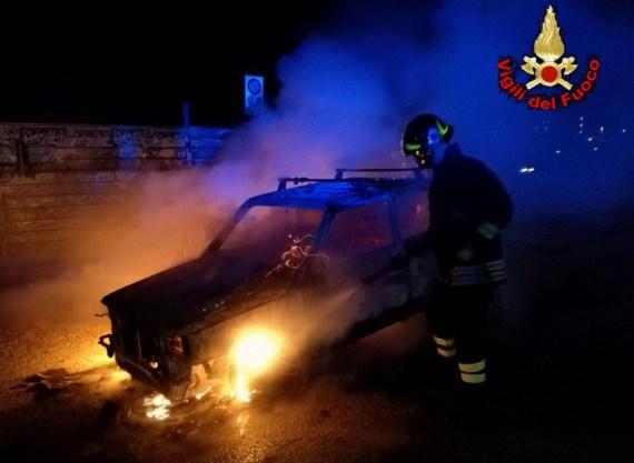 incendio-auto-vigili-fuoco-latina-2