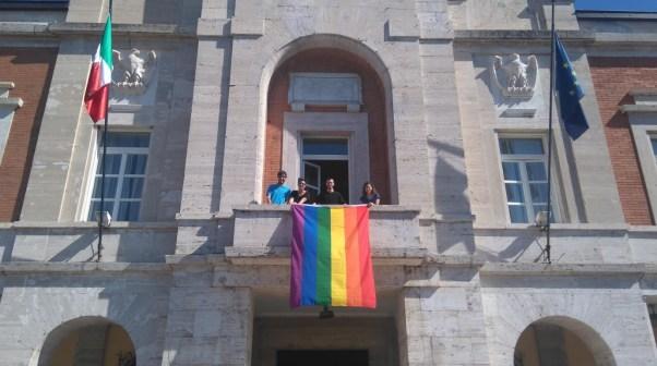 bandiera-arcobaleno-comune-latina-2017