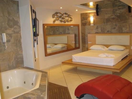 Motel Villa Arco Iris mirrors Jacuzzi suite