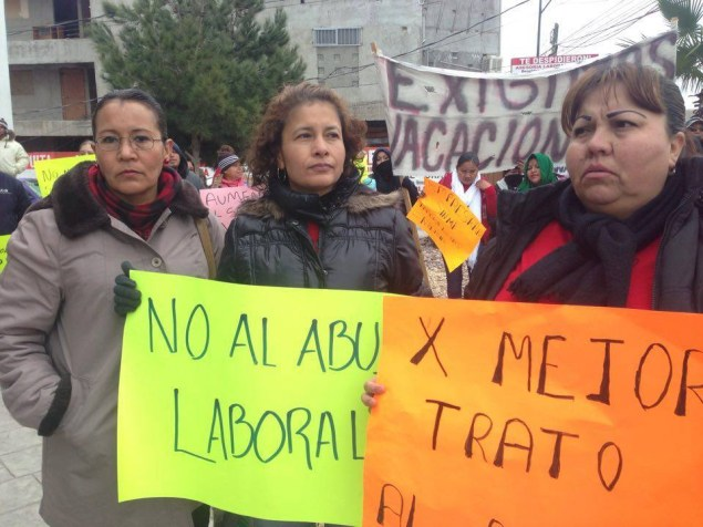 Women holding protest signs (Yessica)
