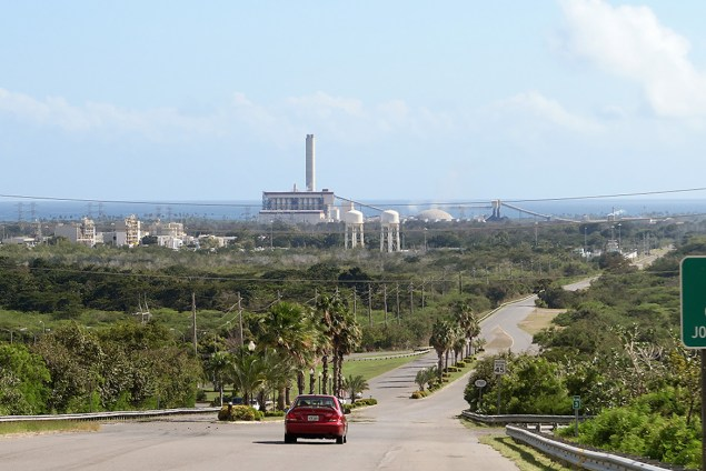 Vista de planta de AES desde el barrio Jobos de Guayama, Puerto Rico. (Suministrada)