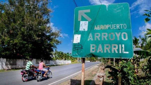 Letrero en la autopista Nagua Samaná, principal vía de Arroyo Barril. (Foto por Gary Gutiérrez)