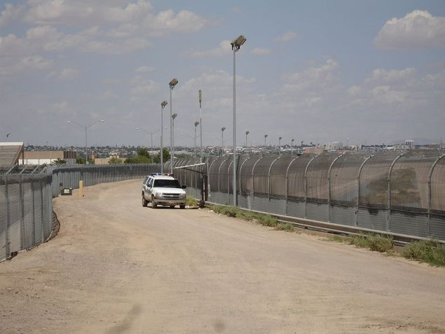 800px-US-Mexico_border_fence