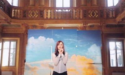 Imagem do videoclipe de Una Finestra Tra Le Stelle, da Annalisa