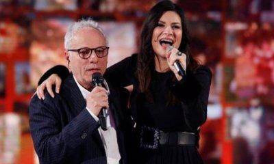 Laura Pausini canta com o pai Fabrizio na TV italiana