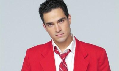 Um pouco de bebida e o incentivo dos amigos foi o que o Alfosno Herrera precisou para voltar a cantar RBD.