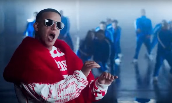 O novo videoclipe do Daddy Yankee, con Calma, é uma volta aos Anos 90