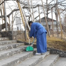 monaco che spala la neve