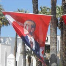 bandiere di Ataturk davanti al municipio