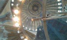 cupola attraverso il lampadario