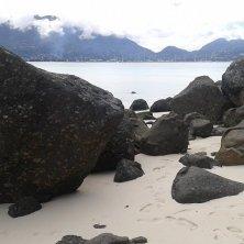 spiaggia con rocce granito