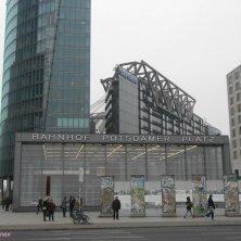 metro di Potsdamer Plaz con un pezzo di Muro conservato