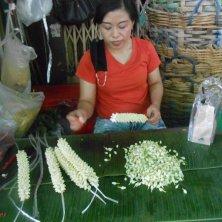 venditrice al mercato dei fiori
