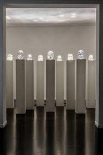 Julien Friedler, La Forêt des âmes, 2009. Tecnica mista, 9 colonne 210x30x30 cm