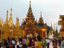 folla alla Shwedagon