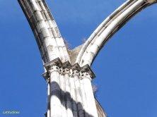 archi e colonne verso il cielo