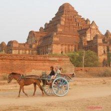 Bagan pagoda con carrozza