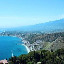 Taormina : la splendida baia di Giardini Naxos vista da Taormina . Sullo sfondo l'Etna