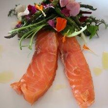piatto di salmone con fiori edibili