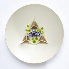 ravioli-vom-kohlrabi-mit-einer-creme-von-der-gebrannten-gurke-und-kristal-kaviar
